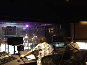 Opnames van de hoorns in de grote studio bij SMP Amsterdam. Martijn Schimmer rechts op de voorgrond. (Bron)